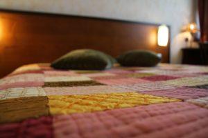 chambre cosy à l'hotel dans le Tarn